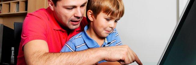 Mann, Kind, Vater und Sohn vor Computer
